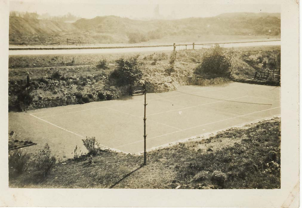 clayhanger-backgarden-tennis-court-ernest-jones.jpg (1012×696)
